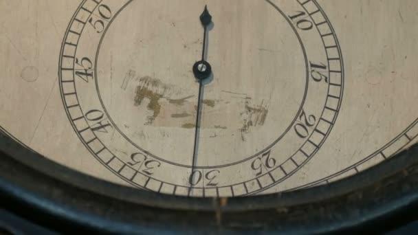 Régi, klasszikus mechanikus órák tárcsa. Az óra kéz mozog a tárcsázón