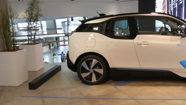 Mnichov, Německo - 25. října 2019: Nový koncept elektromobilu na výstavní síni v areálu Bmw. Nová pokročilá auta stojí na výstavě. Nové moderní automobily z Bmw Welt obavy.