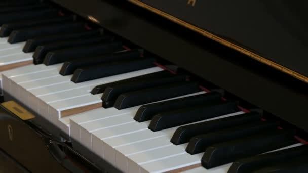 Selbstspielende schwarze Klaviertastatur in Nahaufnahme.