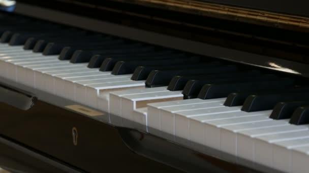 interessantes mystisches selbstspielendes Klavier. schwarz-weiße Klaviertasten, die allein spielen