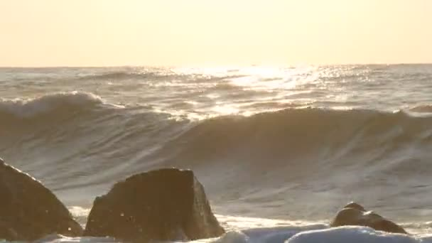 Nagy erős hullámok csapódnak a hatalmas sziklákba. Vihar a tengeren. Nagy hullámok törnek a sziklás parton, fehér hab a vízen. Fekete-tenger, Bulgária