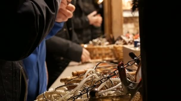 Hände von Menschen spielen mit Holzspielzeug für Logik im Kiosk auf dem Weihnachtsmarkt in München