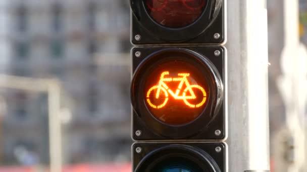 Blikající oranžová semafor cyklisty.