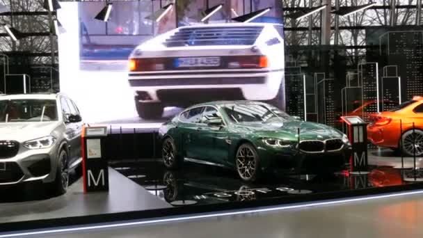 Mnichov, Německo - 16. prosince 2019: Výstavní síň v areálu Bmw. Nová pokročilá auta stojí na výstavě. Moderní výstava nejnovějších vozů ve světoznámém muzeu Bmw Welt