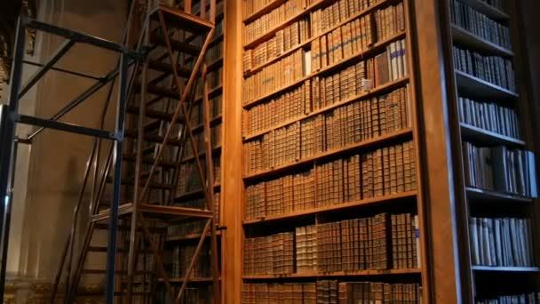 Velmi staré archivní knihy na policích ve starověké knihovně. Velká sbírka starých nepoznatelných knih