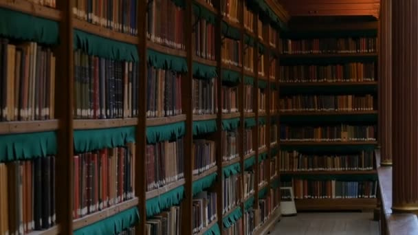 Krásné archivní regály ve staré knihovně v Rijksmuseum, Amsterdam