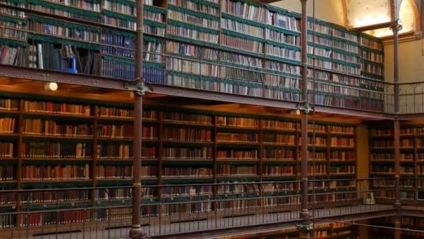Krásné vinobraní knihoven ve staré knihovně