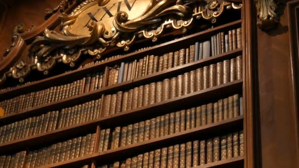 Krásné staré knihovny s bezejmennými knihami. Interiér Rakouské národní knihovny s řadou starých archivních knih na policích. Největší knihovna v Rakousku