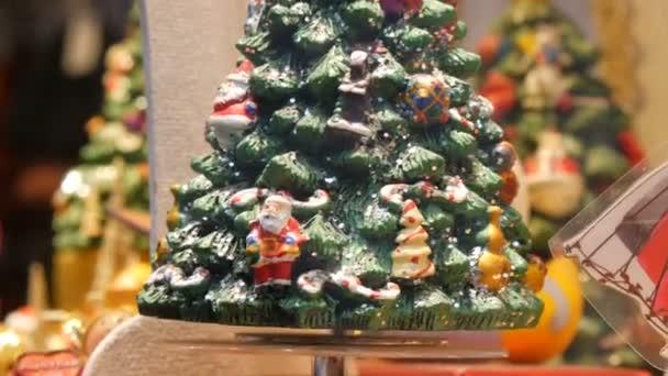 Krásná dekorace vánoční stromek na rozmazané barevné pozadí bokeh. Vánoční stromek s kuličkovou dárkovou krabicí hvězda a světla zdobené borovice Nový rok svátky oslavy festivalu. Okno obchodu