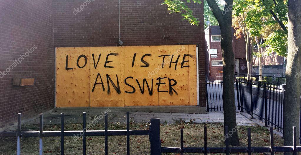 La Frase Amor Es La Respuesta Escrito En Una Pared En La
