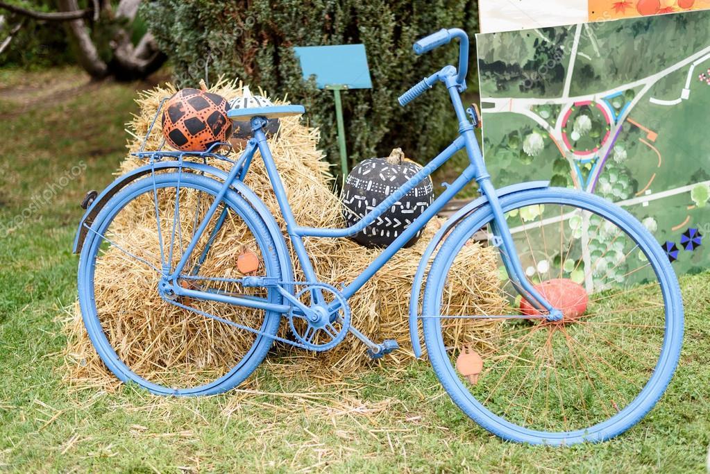 Blaue fahrrad mit heu und pumkpins dekoration stockfoto frimufilms 125158876 - Dekoration fahrrad ...