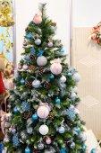Vánoční strom s barevnými ornamenty