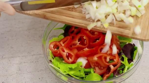 Nalil bílé cibule na zeleninový salát