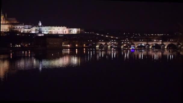 Timelapse z Vltavy na Karlův most a Pražský hrad v noci s odrazy, Česká republika