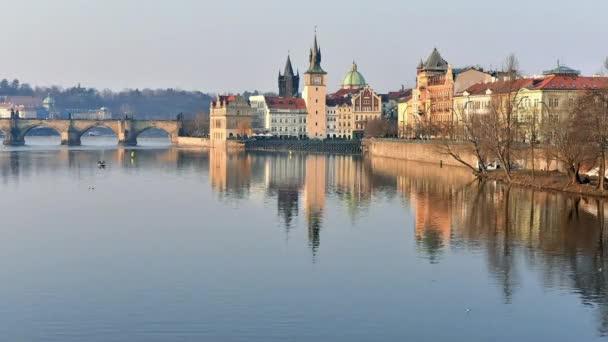 Timelapse z Vltavy u Karlova mostu s odrazy, Česká republika