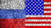 Fényképek Zászló, Amerikai Egyesült Államok és Oroszország a repedt falra festett. A háború fogalmát. Hidegháború. A fegyverkezési verseny. Nukleáris háború. A harmadik világháború. A konfliktus között orosz és amerikai. Politikai koncepció. Elölnézet