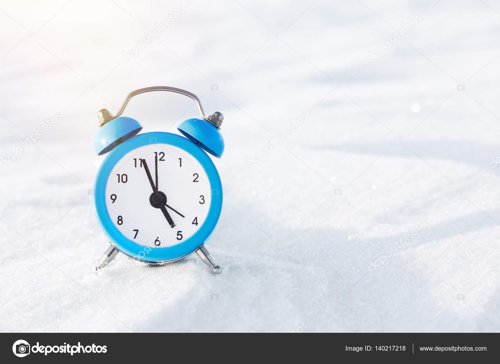 Vintage Wecker Auf Dem Schnee Das Konzept Von Weihnachten