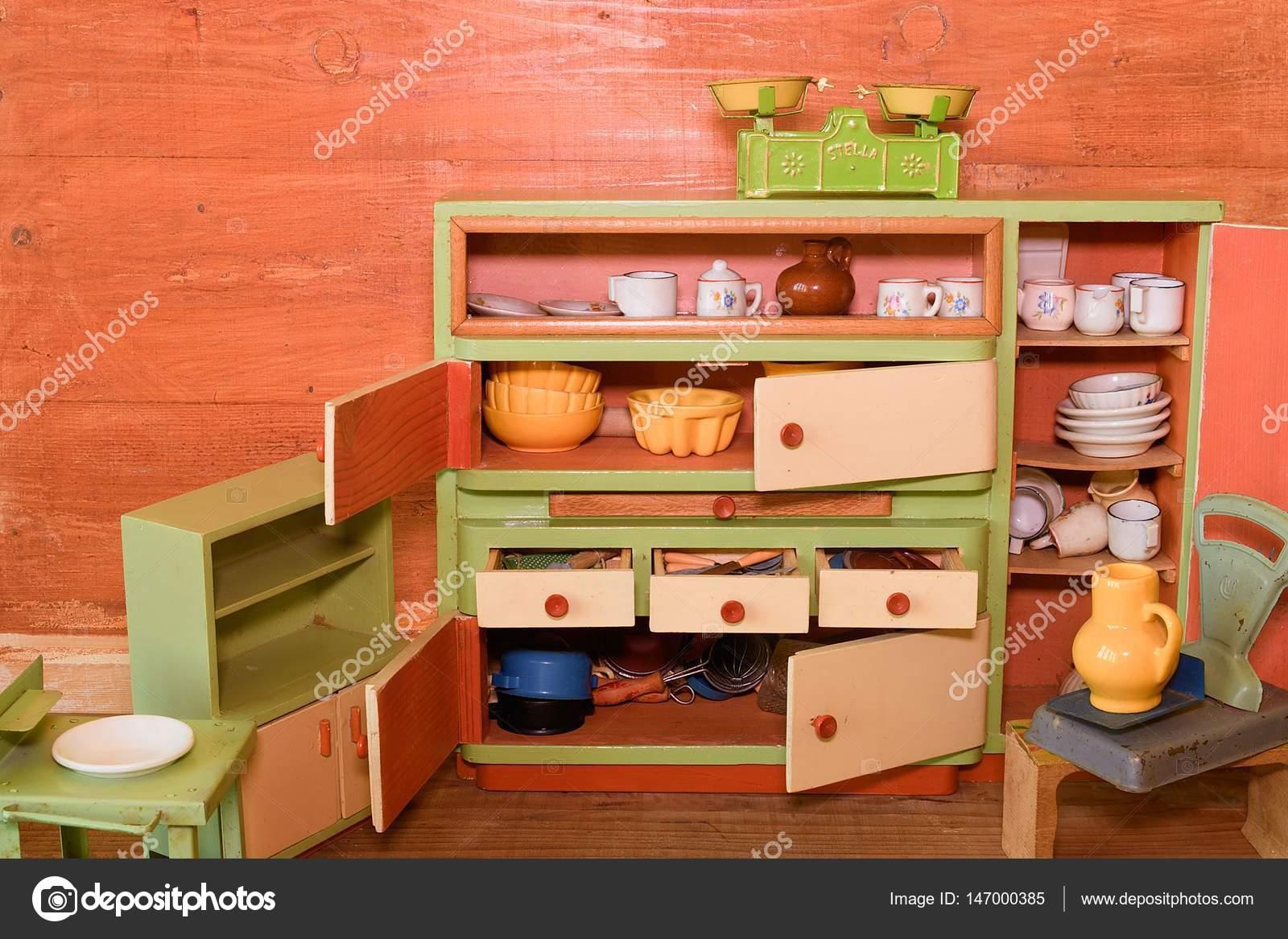 Giocattoli vintage per le ragazze. Cucina giocattolo di legno — Foto ...
