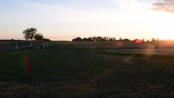 Letní krajina. Panoramatický pohled ze silnic. Pohled na západ slunce