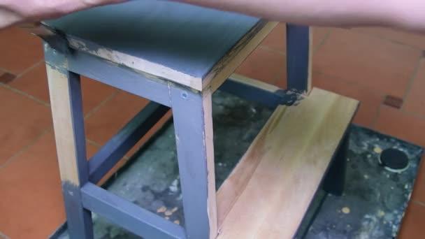 Mans mano vernici lo sgabello di passaggio di mobili rivestimento
