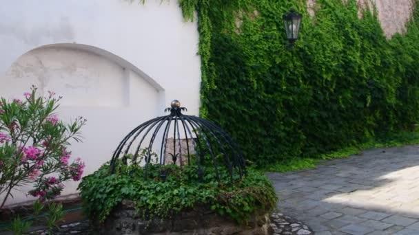 Parete Dacqua In Casa : Storico del cortile casa storica con bellissimi fiori e pozzo d