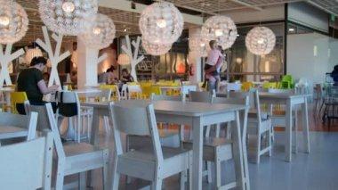 Vnitřní pohled do obchodního domu IKEA. IKEA je světy největší prodejce nábytku. Pohled z restaurace Ikea