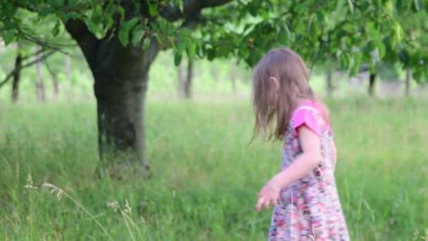 Trampoline Kleine Tuin : Een schattig meisje dansen in de natuurlijke tuin meisje dansen