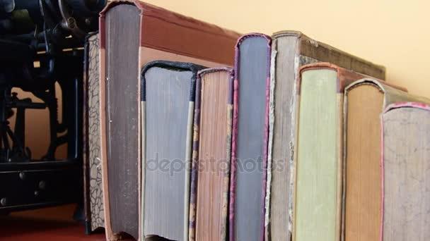 Vintage books. Pohled na řádku starých knih a vintage psací stroj