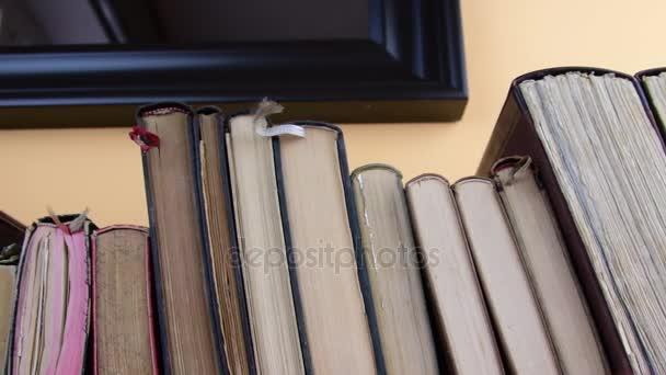 Vintage books. Pohled na řádku starých knih řadu knih. Closeup