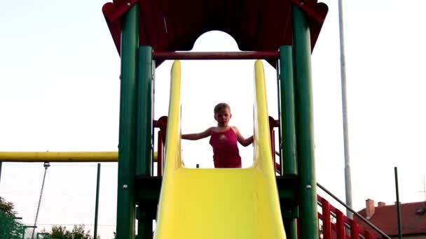 Ansicht des Mädchens am Spielplatz auf Folie