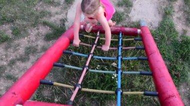 Little Monkey Klettergerüst : Mädchen klettern auf monkey bar im boot camp u stockvideo