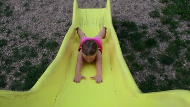 Ansicht des Mädchens am Spielplatz auf der Folie