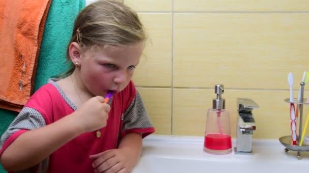 Süßes kleines Mädchen Bürsten Zähne im Badezimmer. Vorschule Konzept,  Kindheit. Niedliche Mädchen trägt Nachthemd