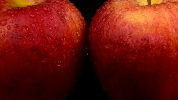 Szerves piros Alma szereplő vízcseppek, frissítő lédús gyümölcs, egészséges táplálkozás. Fekete háttér.
