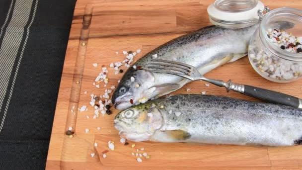 Iridee crudi freschi con spezie e forcella sulla tavola di legno. Cibo sano e concetto di dieta. Close-up