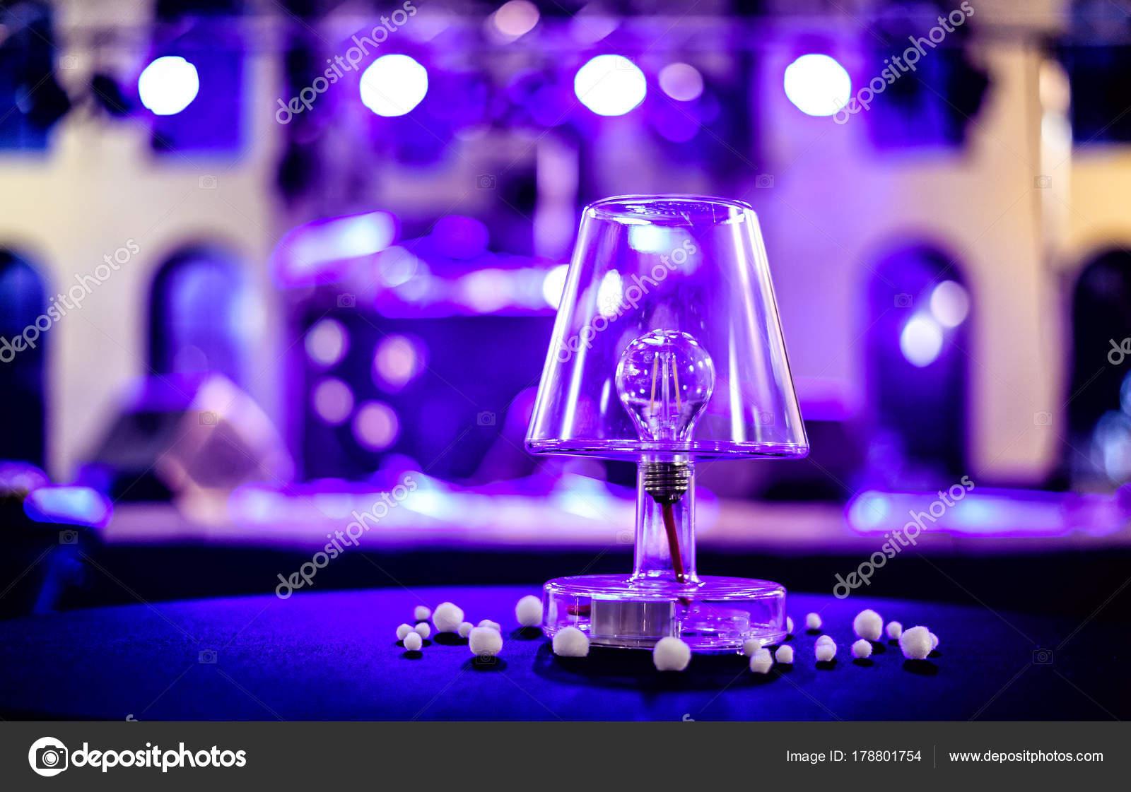Lampada Scrivania Viola : Lampade con lampadina led sulla scrivania u2014 foto stock © blazinek28