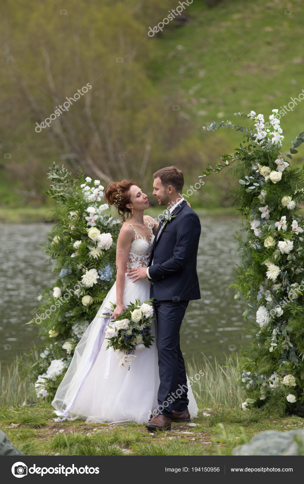 White flowers decorations during outdoor wedding ceremony — Stock