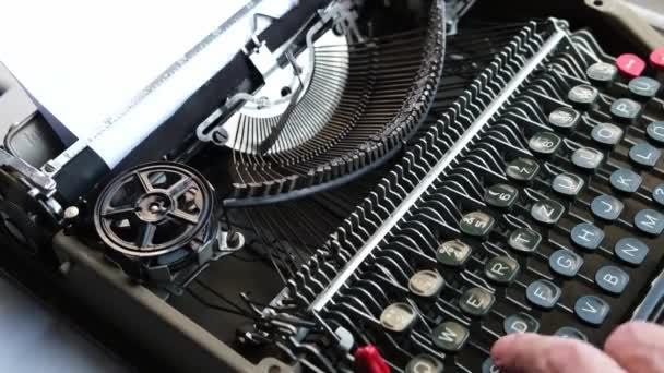 Psaní na klávesnici starého, retro psacího stroje.