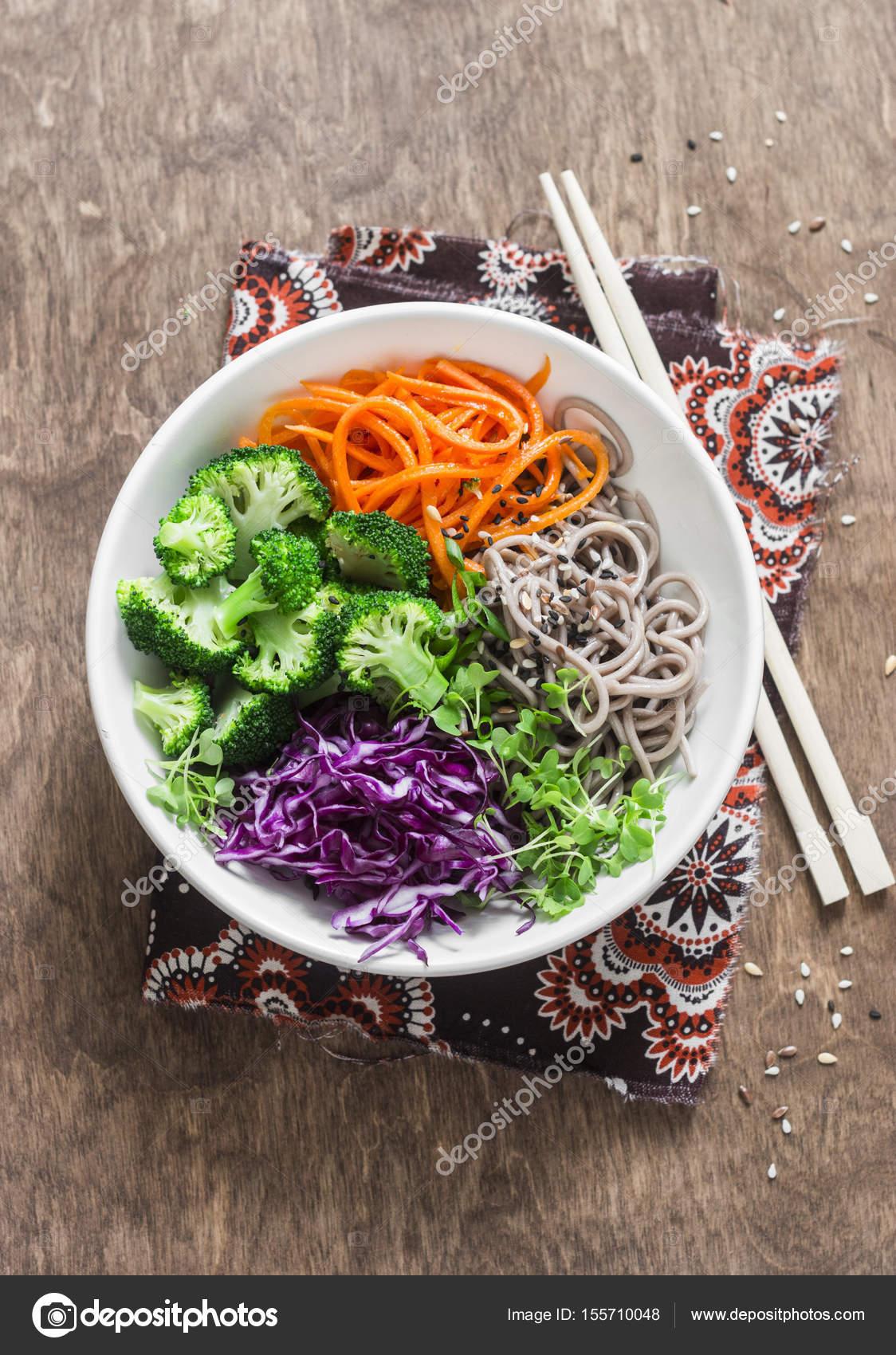 Брокколи, гречневая лапша, красной капустой и маринованная морковь ...