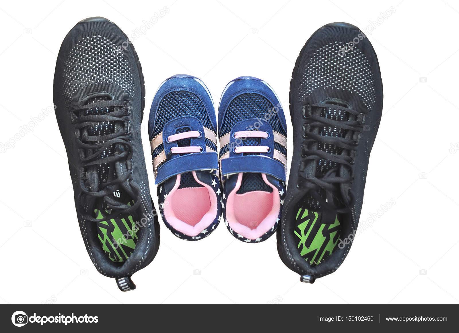 Et Paires 2 Chaussures Baskets Isolés Sur Fond Femmes De Enfants wX4PxS6