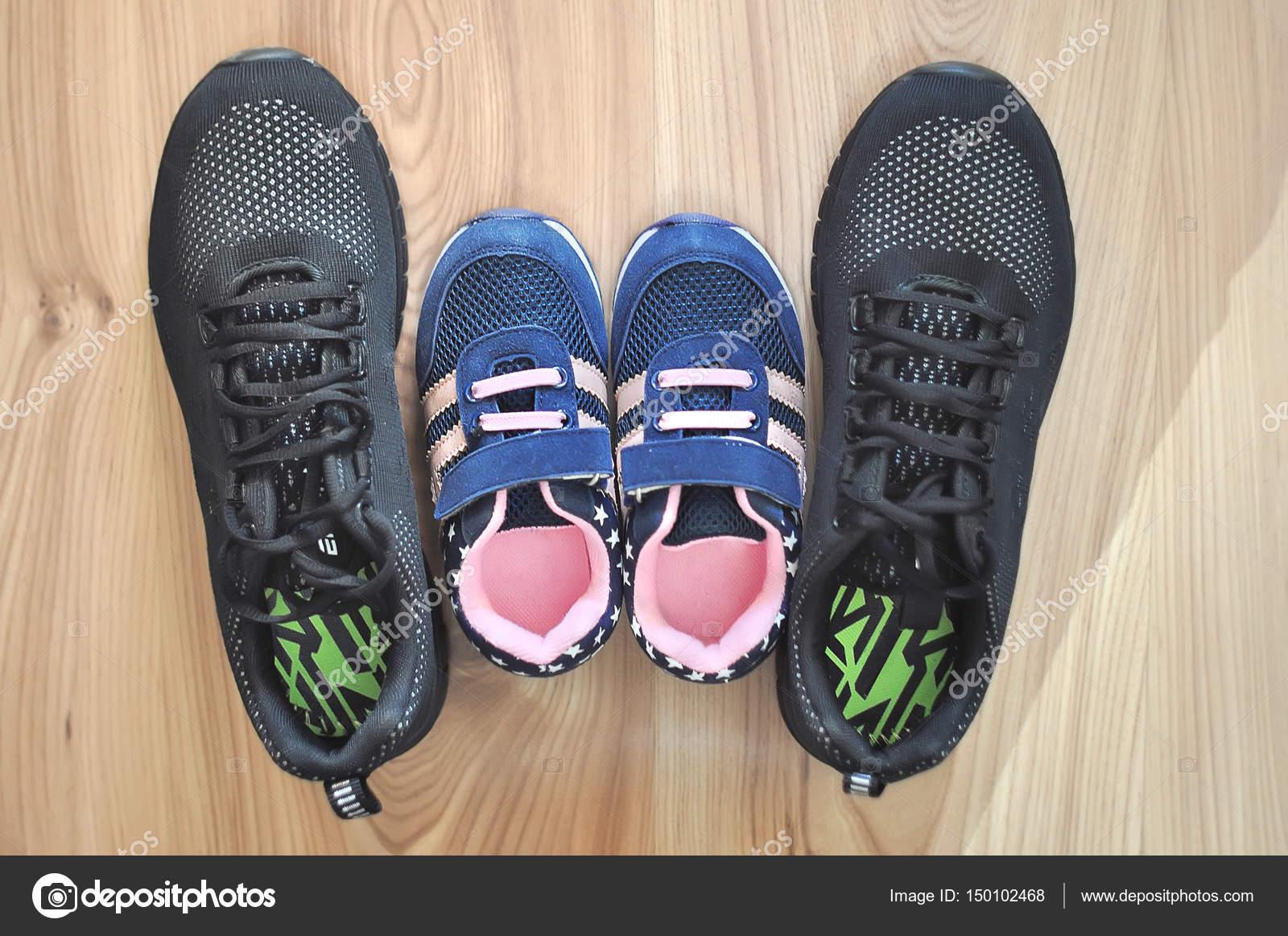 9fa0ce34af 2 ζεύγη σπορτέξ Παπούτσια γυναικεία και Παιδικά — Φωτογραφία Αρχείου ...