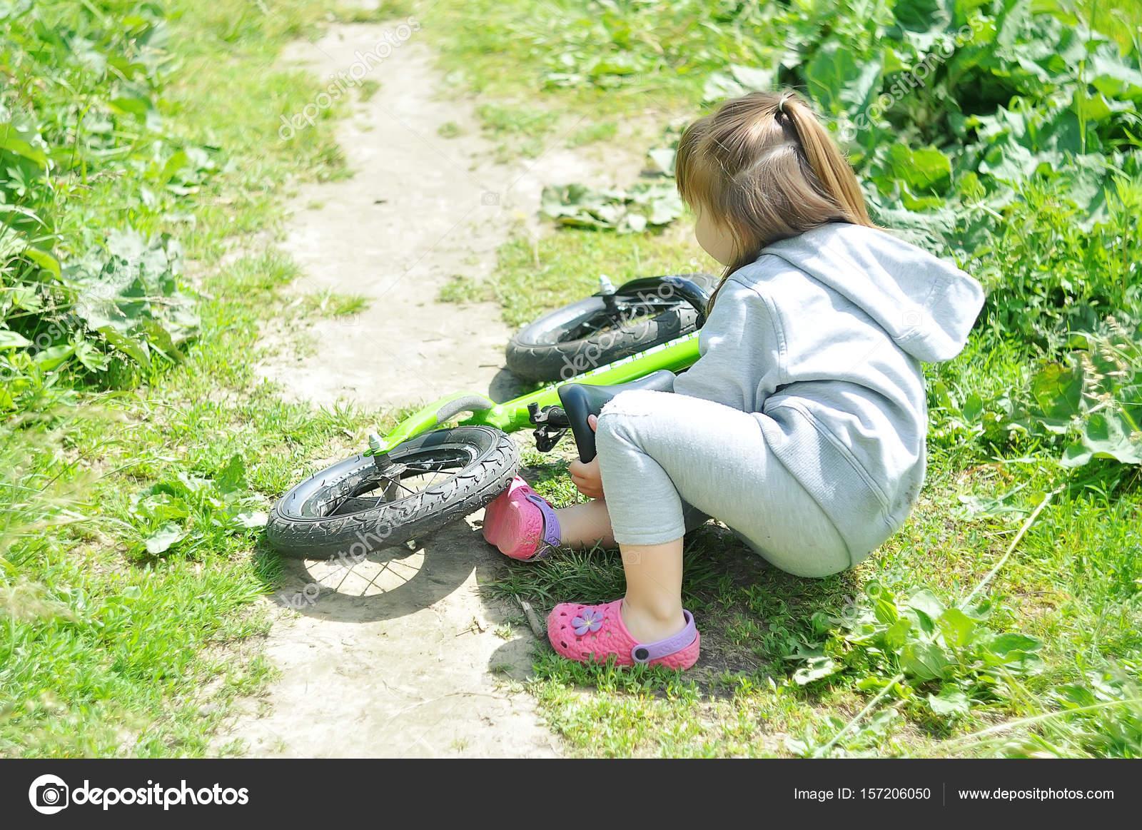Niña Montando Su Bicicleta En Un Parque: Niño Niña Linda Se Cayó De Su Bicicleta En El Bosque