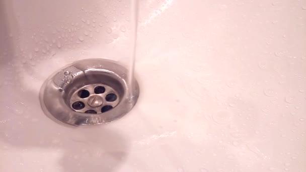 Wasser fließt aus der Spüle