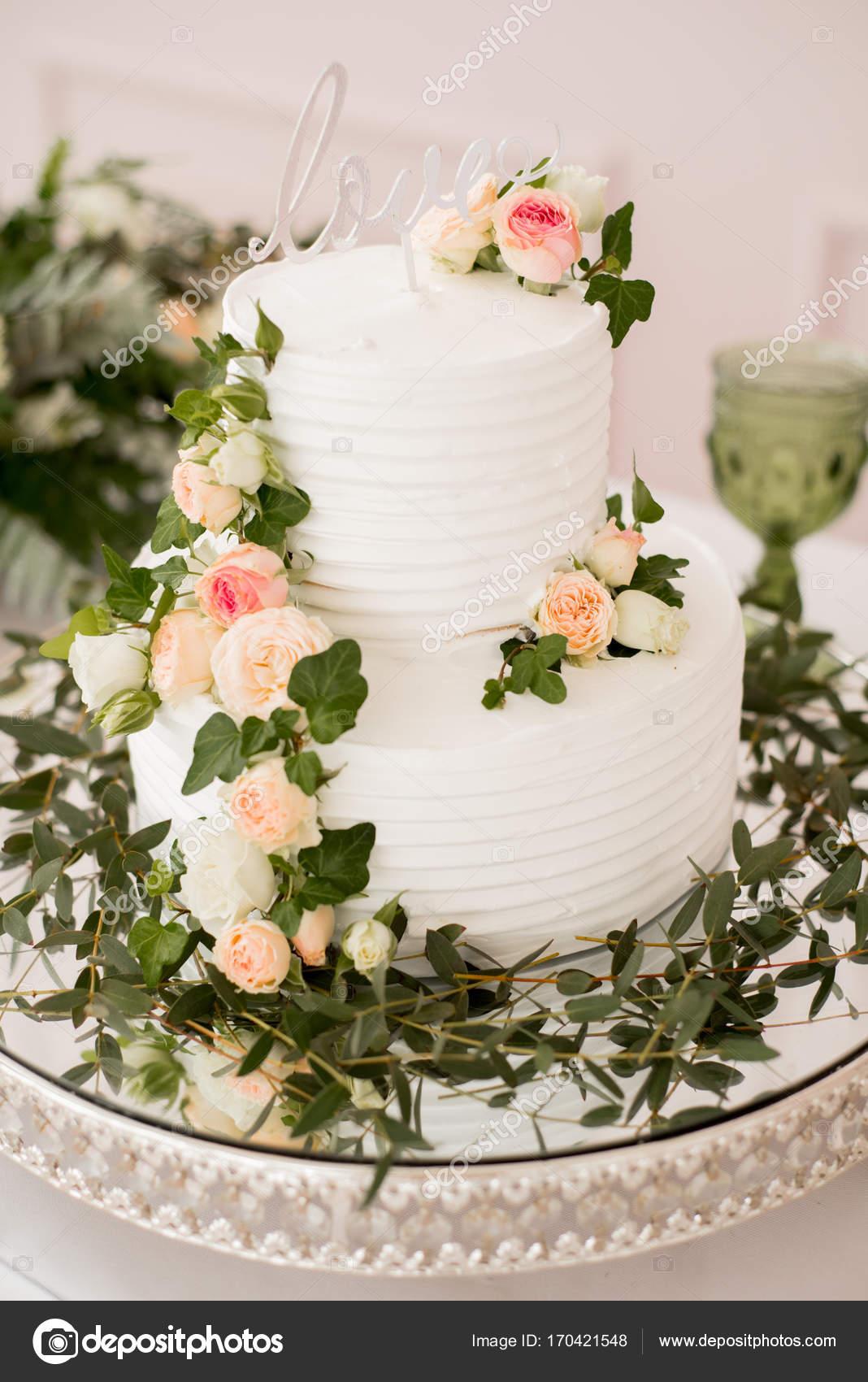 A wedding cake. Table setting. Bridal bouquet. & A wedding cake. Table setting. Bridal bouquet. \u2014 Stock Photo ...
