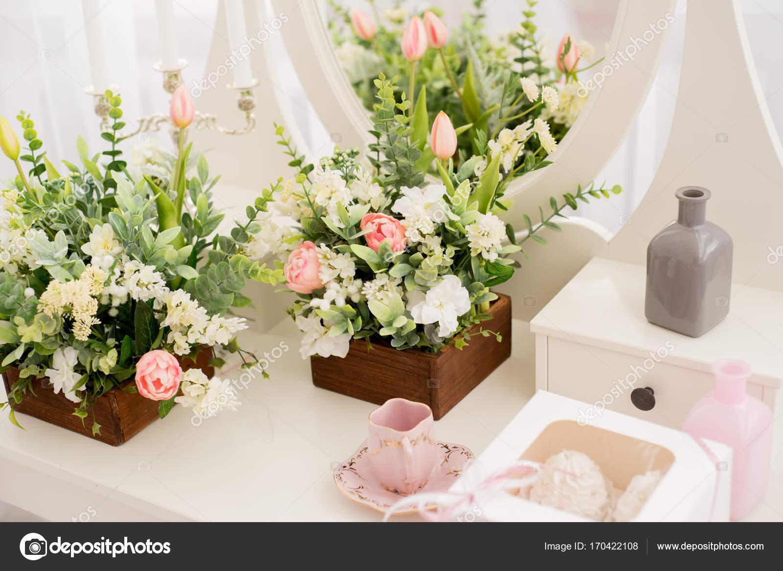 A wedding cake. Table setting. Bridal bouquet. & A wedding cake. Table setting. Bridal bouquet. u2014 Stock Photo ...