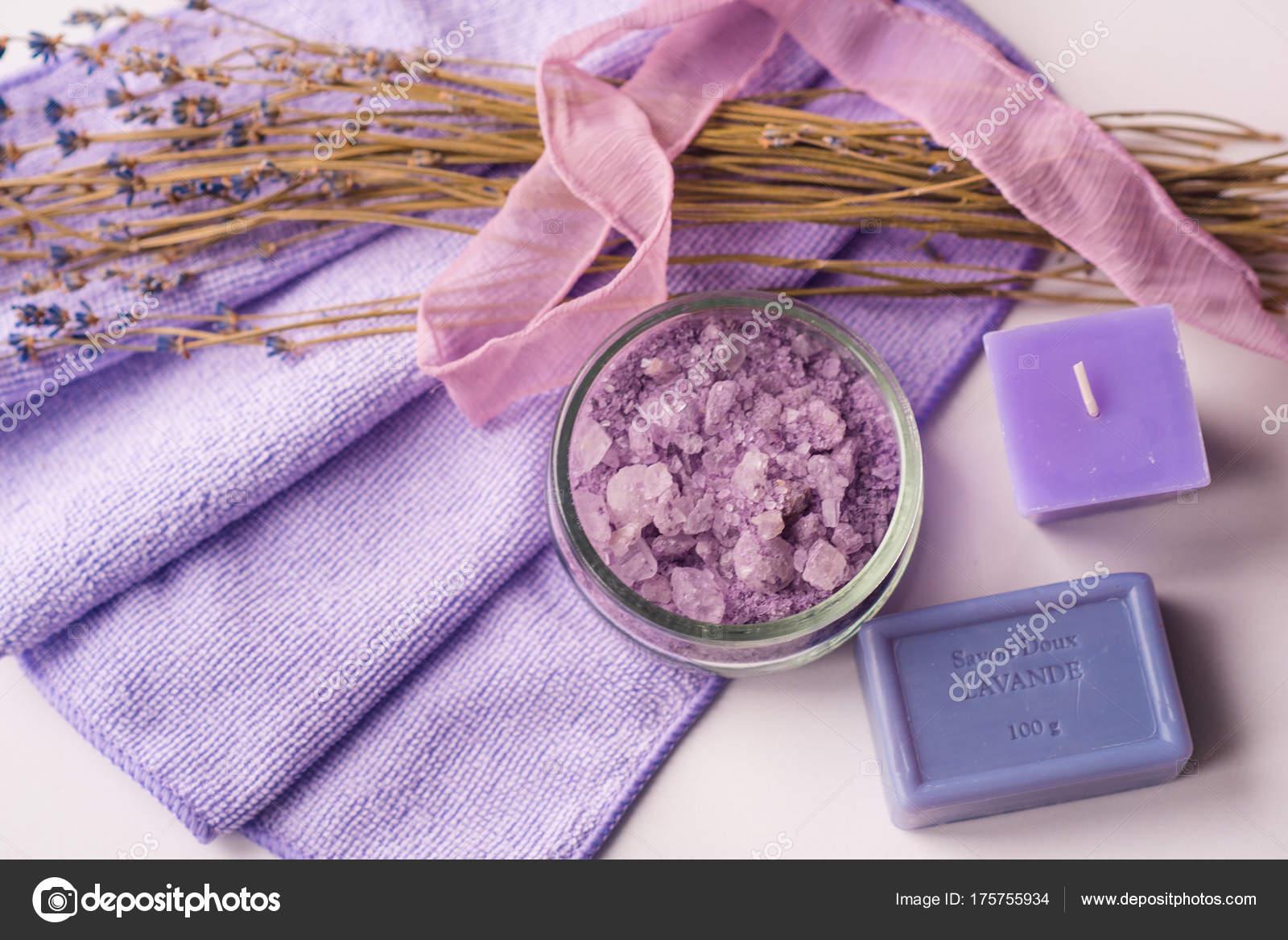 sfondo spa, candela in un piattino con bagni di sale e rametti di ...