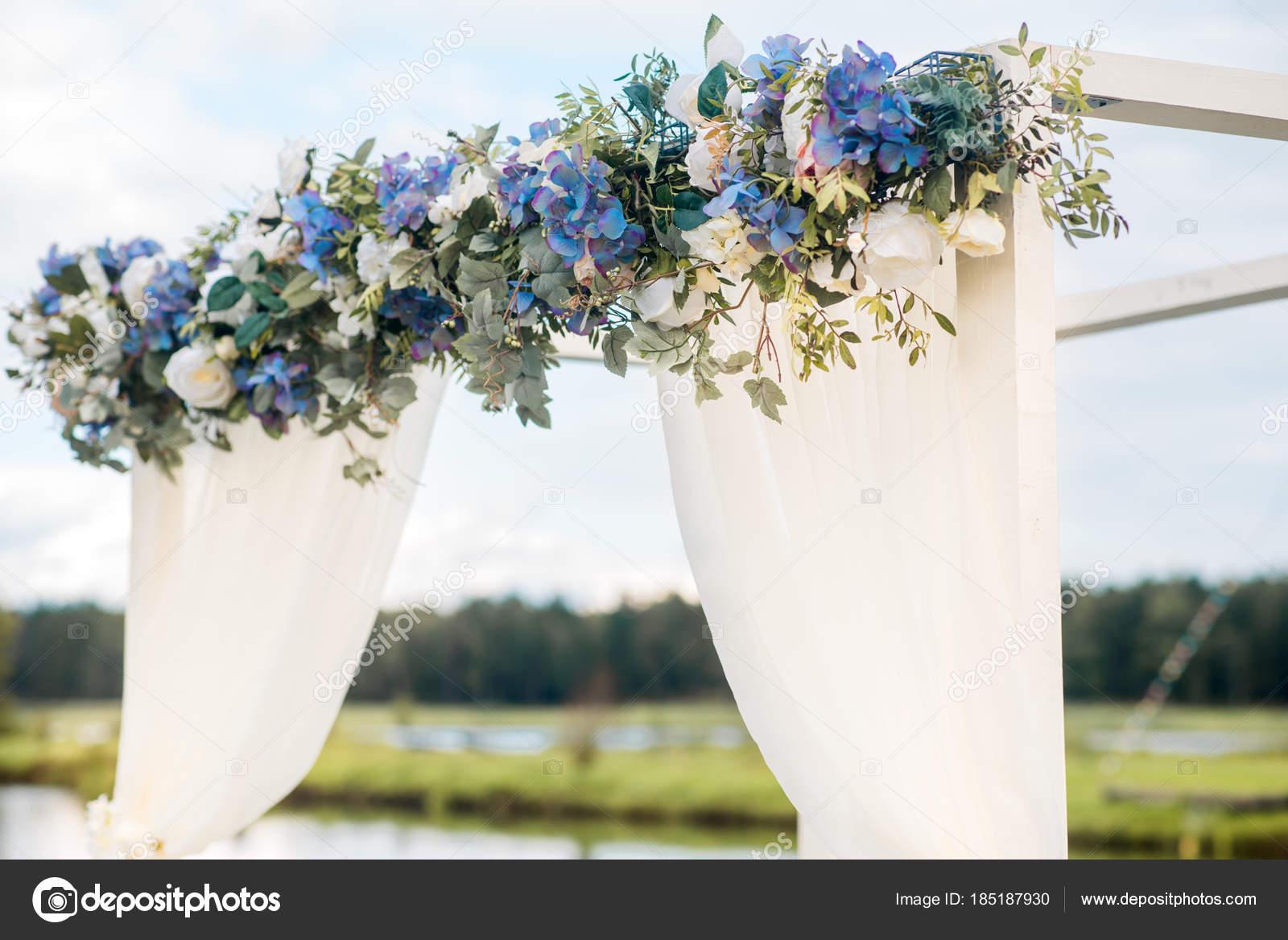 L Arche De Mariage Est Orne De Fleurs Bleues Et Blanc Soie