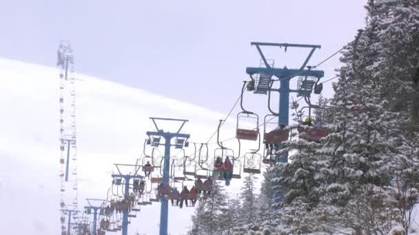 lyžaři na lyžařský vlek 2