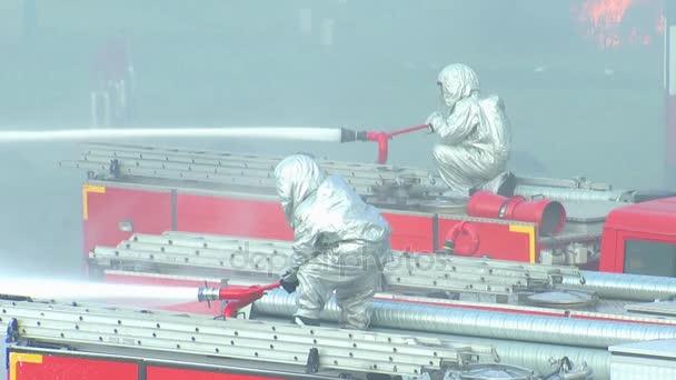Hasiči staví z požární hadice