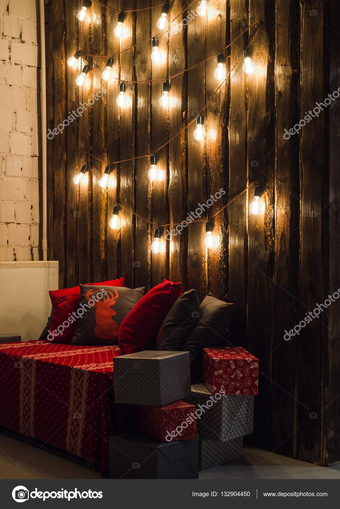 Holzzimmer In Rustikalen Haus Mit Holzwand Und Designer Lampen,  Geschmückten Platz Für Sitz. Rot Grau Kissen U2014 Foto Von Romankosolapov